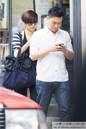 黃智雯上周六與詹文天在銅鑼灣行街時,避忌地前後腳行,又低頭玩手機,形同陌生人。