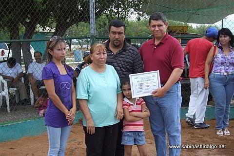 Entrega de reconocimiento a la familia Enríquez
