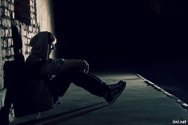 ảnh chàng trai buồn tình trong đêm