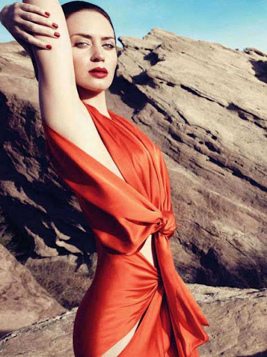 Emily Blunt, posando de rojo