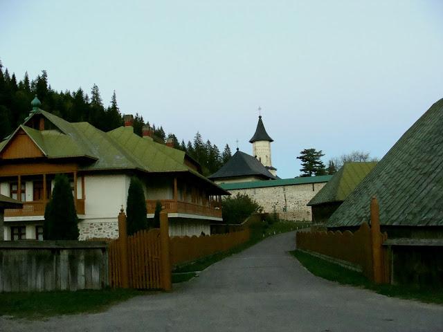 Mănăstirea Slatina, în luminile târzii ale unui asfinţit de soare