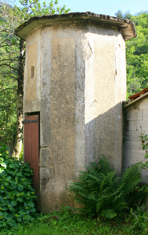 Une tour mystérieuse dans la cour des filles de l'école dans le pré, future maison d'hôtes à Saint-Pierreville en Ardèche, France