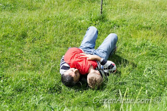 büyükbabası ile çimenlerde güreşen oğlum, Stella Polonezköy