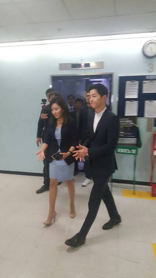 """""""Đại úy"""" Song Joong Ki phỏng vấn trực tiếp trên KBS, lựa chọn giữa Song Hye Kyo và Kim Ji Won"""