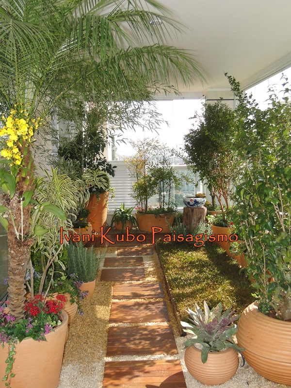 horta jardim na varanda:Kubo Paisagismo: Varanda de Apartamento ganha jardim com pomar e horta