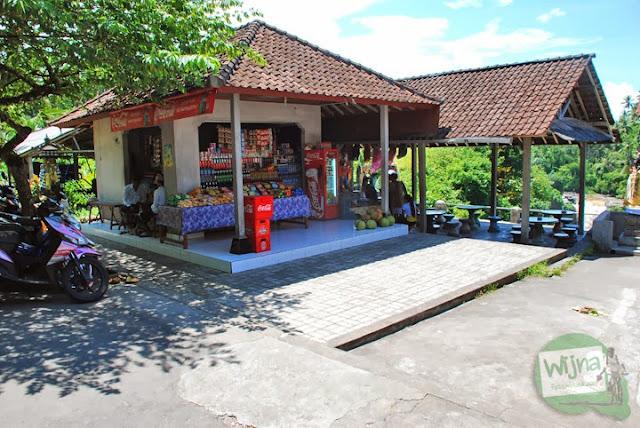 kios-kios cenderamata di kawasan air terjun Tegenungan, Bali