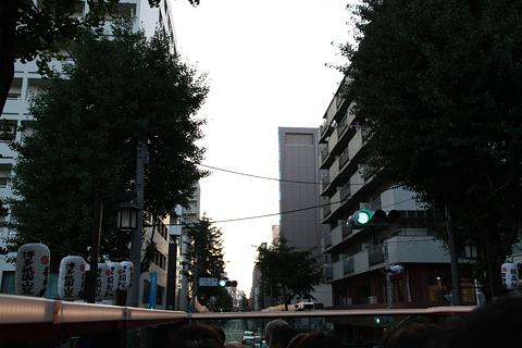 西日本鉄道「福岡オープントップバス」 赤塗装 車窓 櫛田神社に向けて