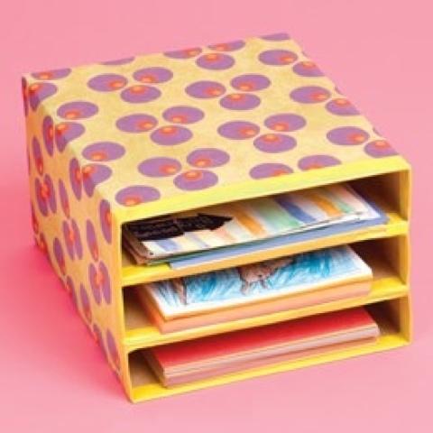 Cara Membuat  Potong penutup dus cereal dan susun tiga kotak menumpuk. Lem  sisinya dengan packing tape (coklat lebar) Tempel kertas kado 695648c16b