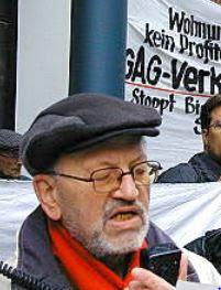 Porträt: Rolf Heimann mit Handmikrofon.