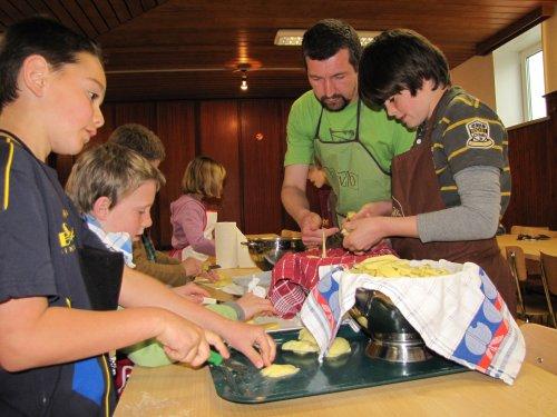 Johan toont hoe je zelf frietjes snijdt.