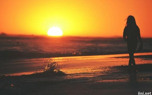 ảnh cô gái dạo biển lúc hoàng hôn