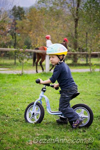 Cansu Alabalık Tesisleri'nin bahçesinde, bisiklet üstünde