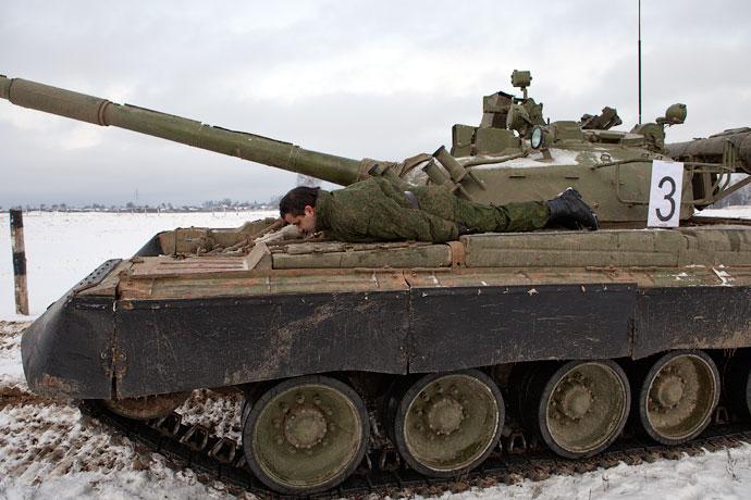 А. Беленький исполняет планкинг на Т-80Б.