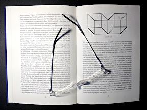 Aufgeschlagenes Buch mit Lesehilfe