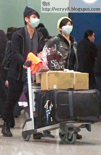 拍完拖返香港,兩個人繼續遮面出機場,許廷鏗負責推行李,欣宜就繼續享受女友特權,乜都唔做。