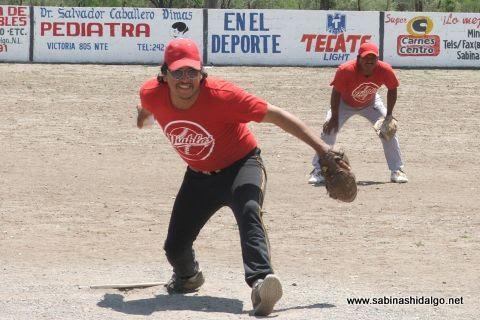 Leonardo Guevara de Diablos en el softbol del Club Sertoma