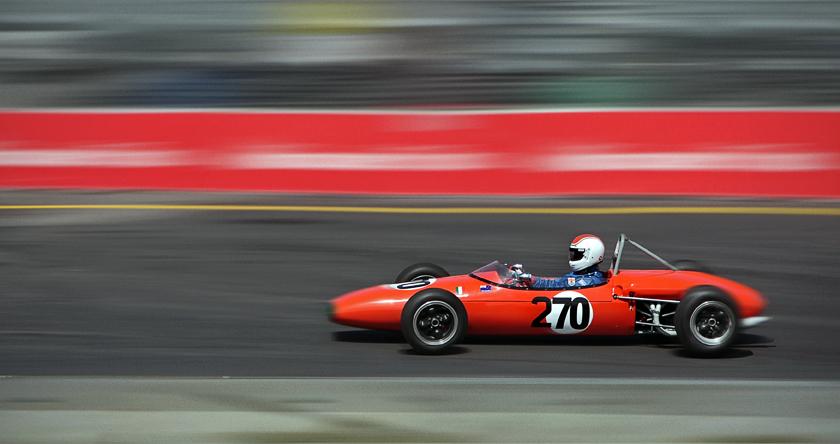Carro laranja com o nº 270