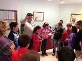 En la Imagen vemos al técnico de rehabilitación enseñando a los niños le uso del bastón