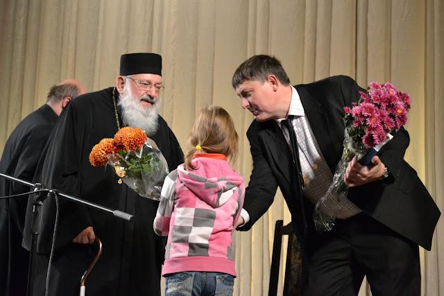Дети дарят цветы