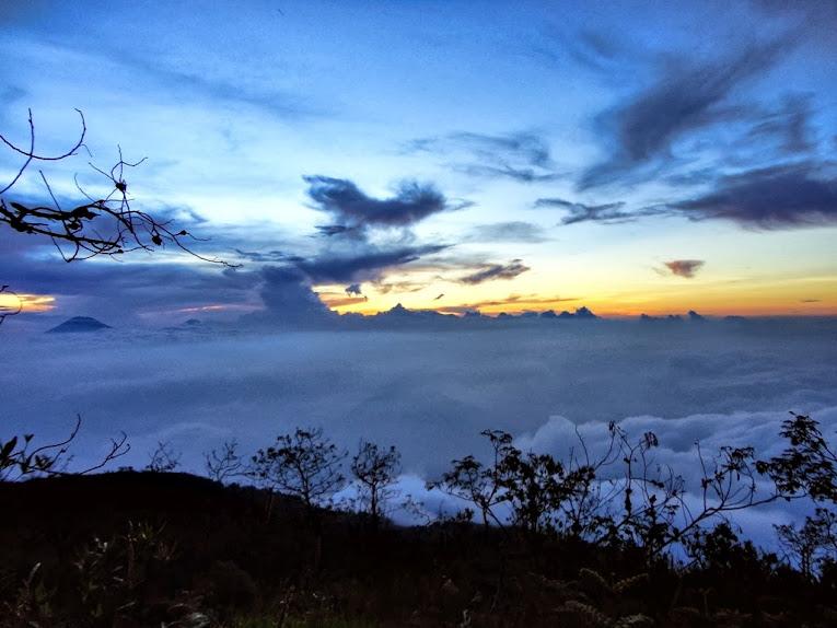 Gumpalan awan di lereng Gunung Merbabu