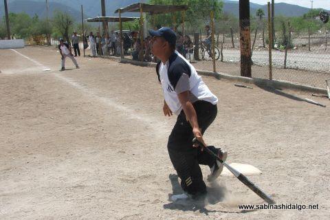 Vicente Garza de Yankees en el softbol del Club Sertoma