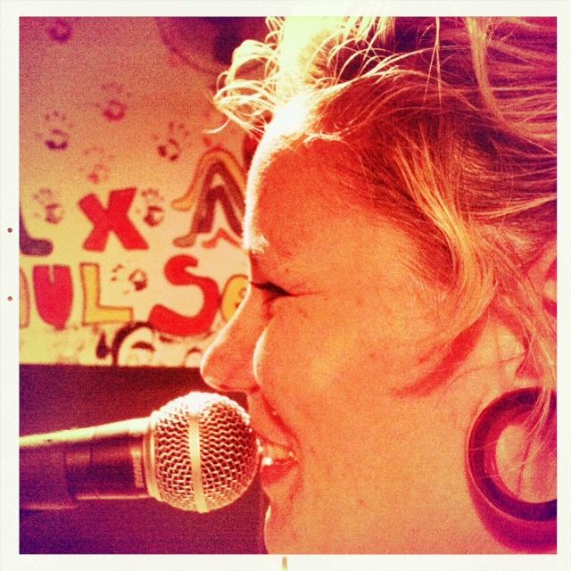 A cantora Ekena já se apresentou em Riberão com outros projetos