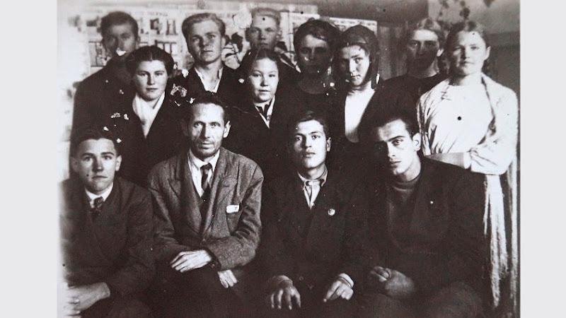 Военный выпуск (10 класс). Классный руководитель- Бухарин Николай Андреевич. Фото начала 1943 г.