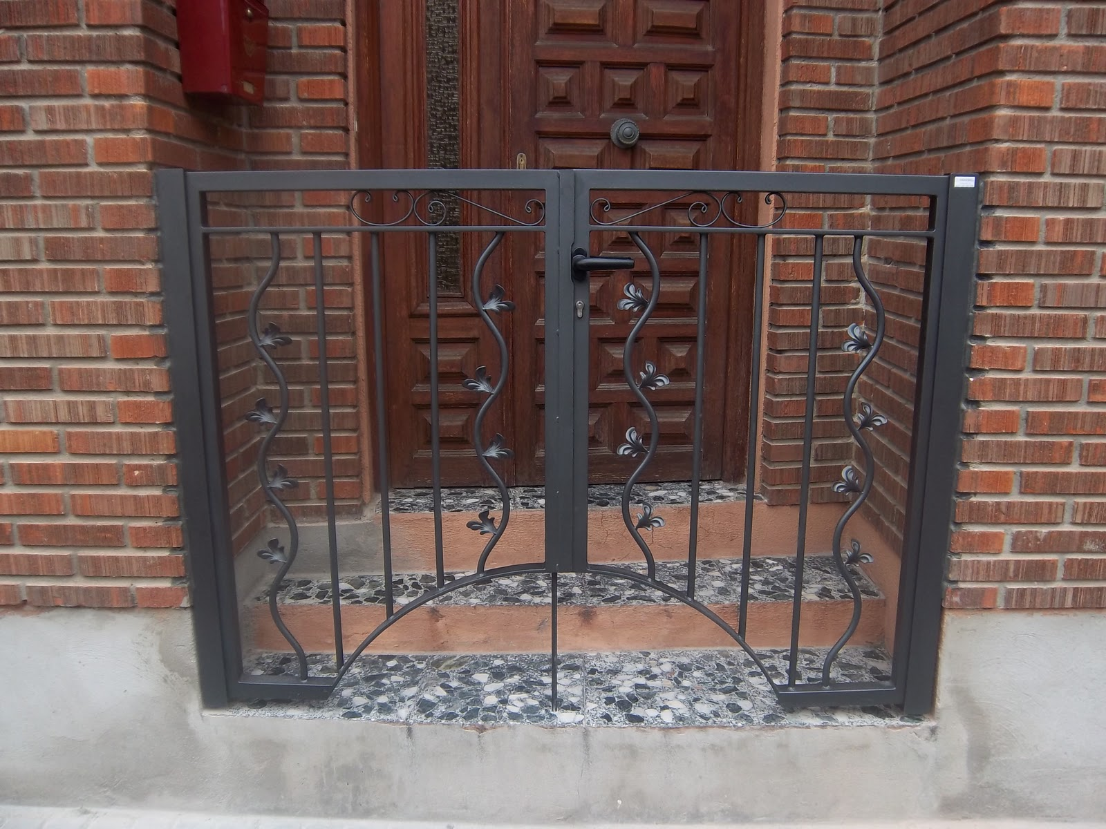 Norbel carpinteria met lica y acero inoxidable puerta de for Puertas de escalera