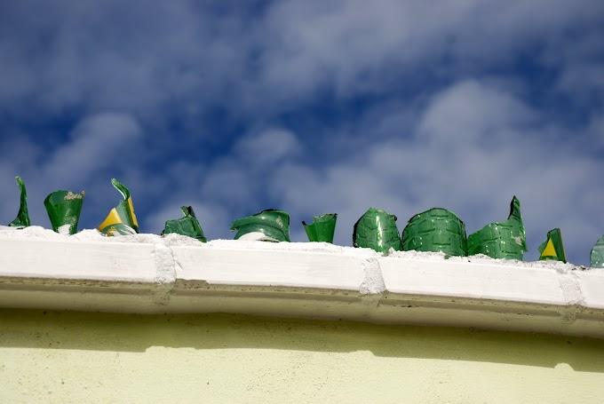 Botellas rotas para cuidar la casa de los ladrones