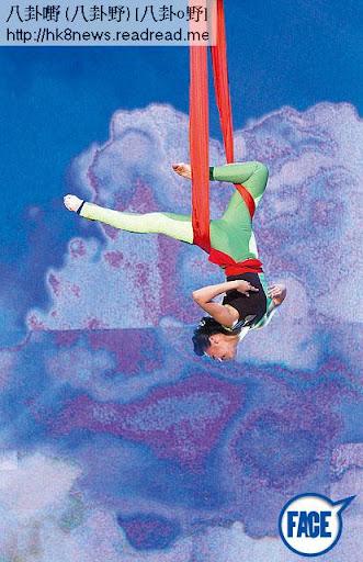 懸垂倒掛 <br><br>學咗 12年中國舞的亞軍黃心穎先後表演一字馬及倒吊,瞓身演出後仲話完全冇難度。《蘋果日報》圖片