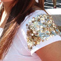 Aplicação de paetê em manga de camiseta