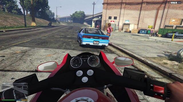 Rotes Motorrad und blaues Auto auf einer leeren Straße