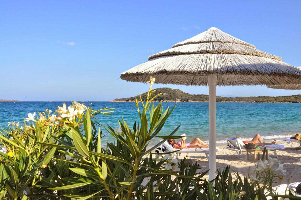 Зонтики на пляже Пляжа Коста Смеральда
