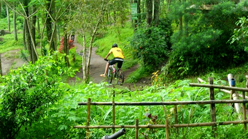 Untuk menuju tempat tersebut, tidaklah mudah. Track yang kami lalui adalah tanah basah dan licin. Tapi jangan resah, jika terus latihan untuk melahap turunan licin tidak akan jadi masalah besar :)