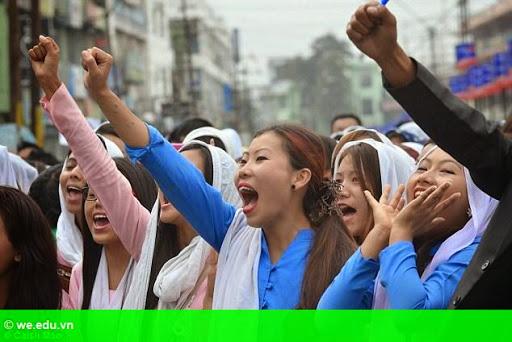 Hình 2: Ấn Độ: Đám đông điên loạn xông vào tù, hành hình kẻ hiếp dâm