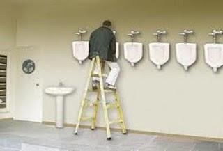 Gambar dibawah adalah contoh dari bad design pada sebuah toilet umum ...