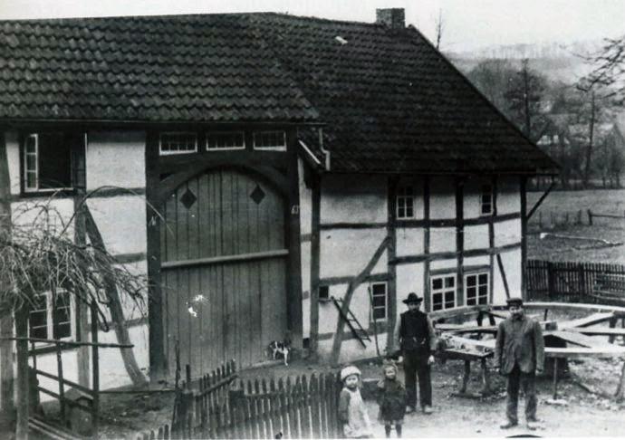 """Mühlenbauer und Zimmermann Friedrich Paukaus Nalhof, um 1915. Die Mühlenbauer waren für den Bau und die Reparatur von """"gehenden Werken"""", Wasserrädern, Windmühlen flügeln und Stauwerken zuständig. Sie mußten sowohl Holz- als auch Eisenarbeiten verrichten, Tourenzahlen berechnen und Turbinen einbauen können. Mühlenbauer gehörten daher zu den am umfassendsten ausgebildeten Handwerkern und übten meistens mehrere Berufe gleichzeitig aus. Für den Bau von Windmühlen war allerdings eine Sonderausbildung erforderlich"""