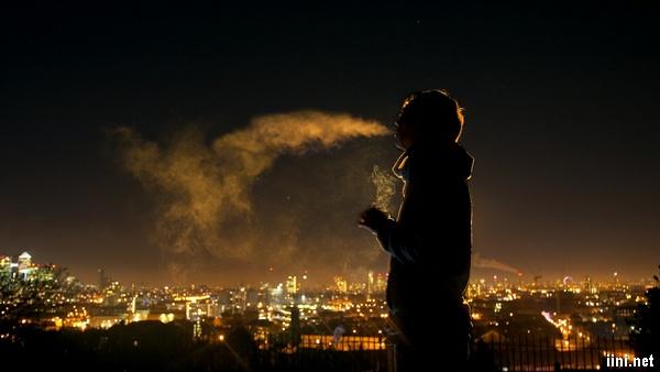 ảnh chàng trai nhả khói thuốc trong đêm