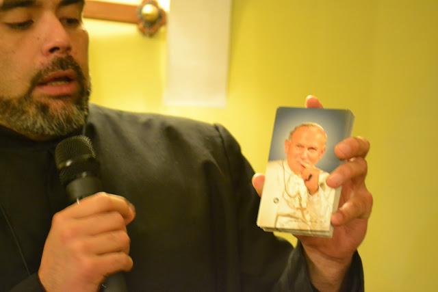 О. Фернандо Браво раздает фото бл. Иоанна Павла ІІ