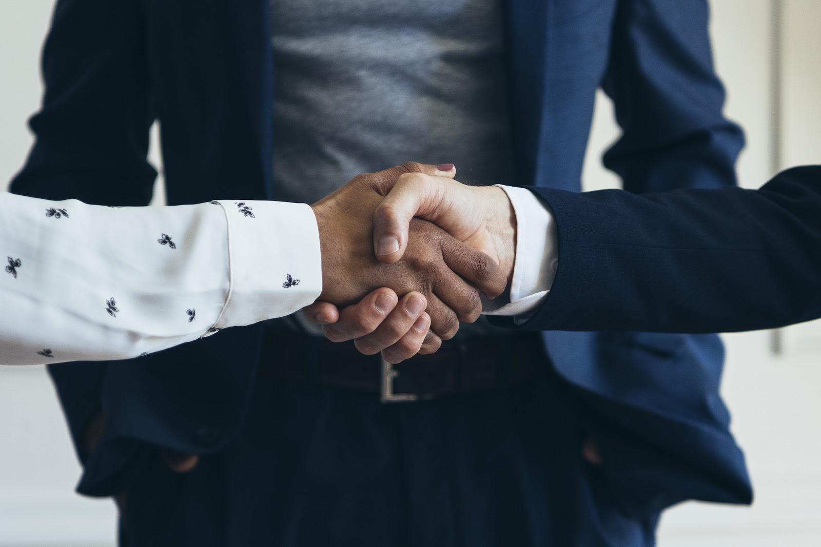 Duas mãos se cumprimentando.