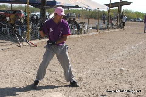 Mario Garza bateando por Japoneses en el softbol del Club Sertoma