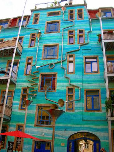 стената която свири музика, щом завали дъжд