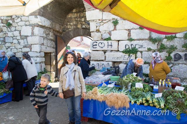 Sığacık pazarında satılan Ege otları arasında dolaşırken, Seferihisar