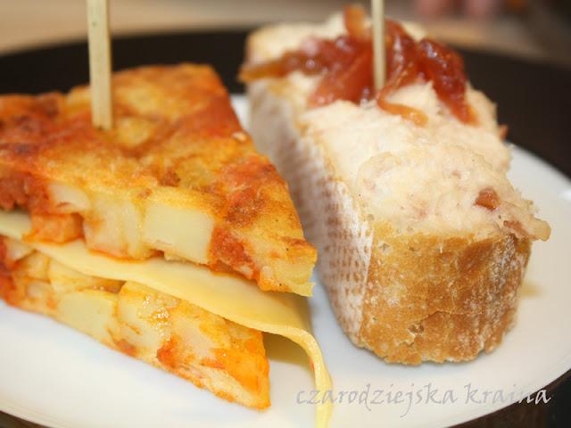 Tapas - Tortilla z sombrasada i kanapeczka z pastą z kurczaka i kandyzowaną cebulką