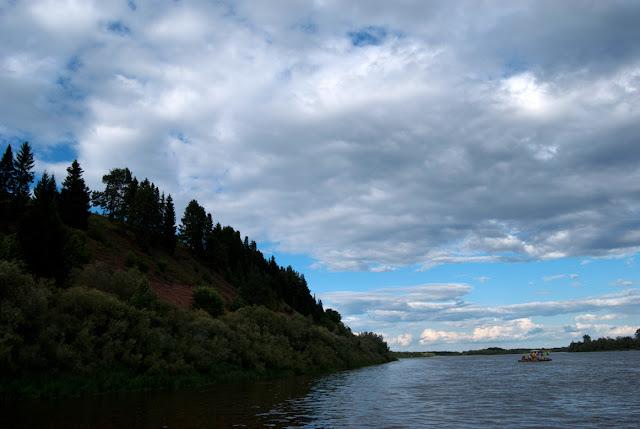 Правый крутой берег реки Вятки под Котельничем