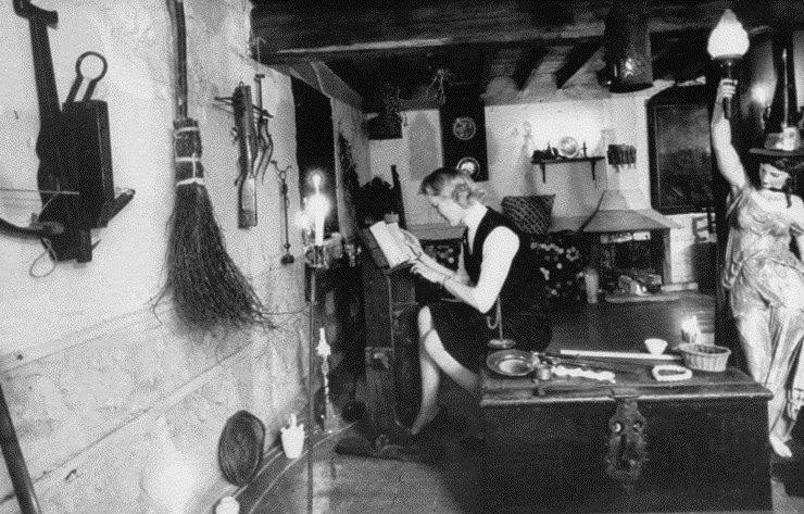 Bruxa estudando em um museu na Inglaterra, 1964.
