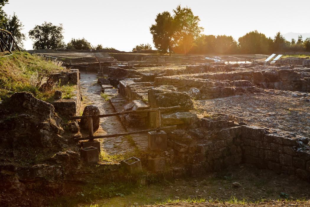античные руины загадочно светились в лучах заходящего солнца