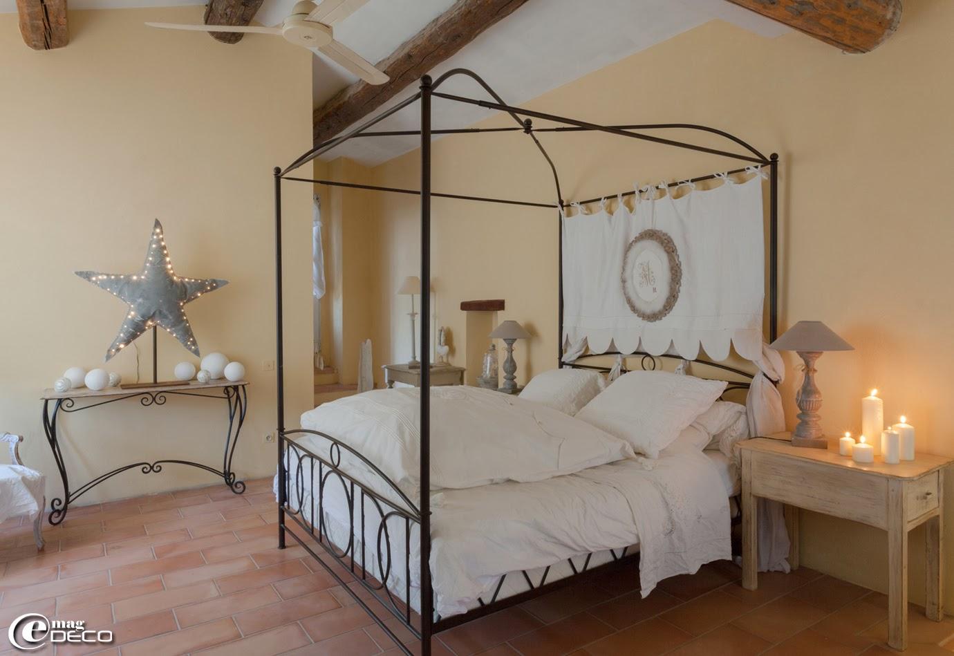 Lit baldaquin 'Maisons du Monde', linge de lit 'Le Trousseau D'Anath', étoile illuminée en toile peinte, création 'Rose Velours' à L'Isle-sur-la-Sorgue, lampe à poser 'Chehoma'