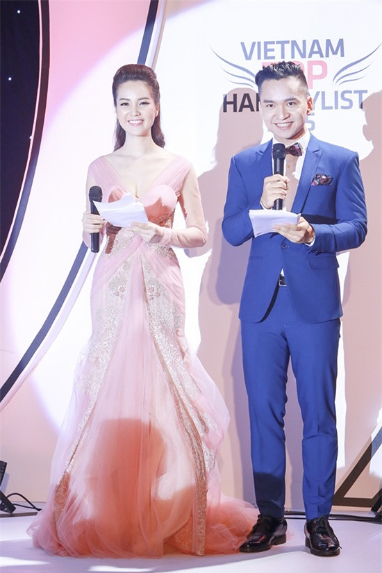 MC Hạnh Phúc và Á hậu Thụy Vân cùng dẫn chương trình  trong một sự kiện.