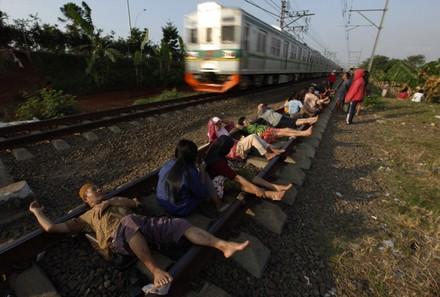 Rawatan rel keretapi elektrik popular dikalangan penduduk miskin di Indonesia